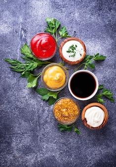 Ensemble de différentes sauces et épices