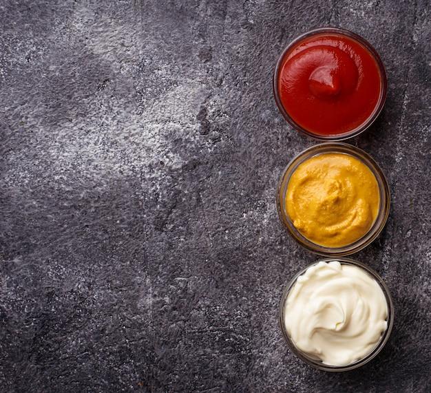 Ensemble de différentes sauces: moutarde, ketchup, mayonnaise. vue de dessus
