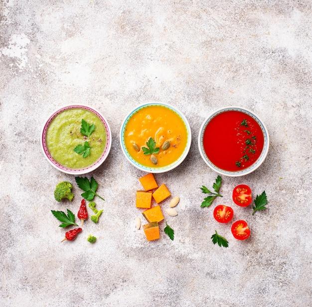 Ensemble de différentes soupes à la crème de légumes