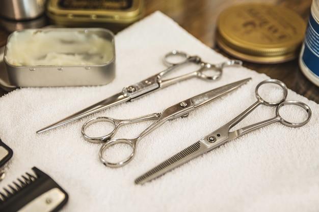 Ensemble de différents ciseaux de coiffeur dans le salon de coiffure