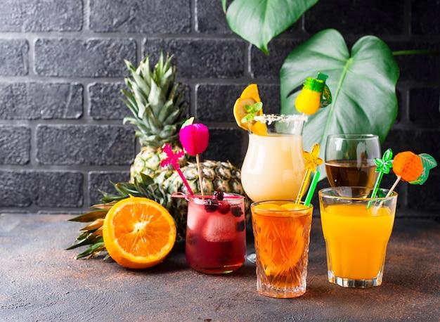 Ensemble de différents cocktails d'été