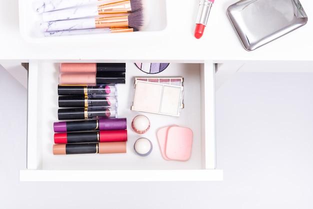 Ensemble de différents cosmétiques dans une boîte à tiroirs