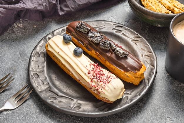 Ensemble de différents gâteaux éclair sur des motifs sombres
