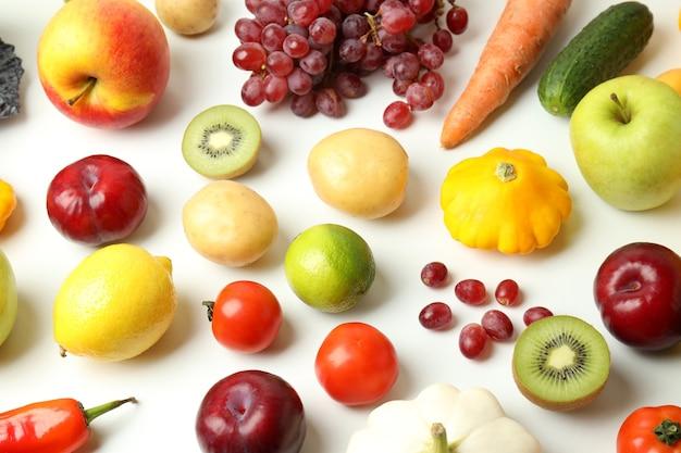 Ensemble de différents légumes et fruits sur fond blanc
