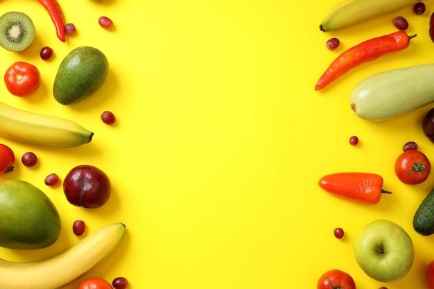 Ensemble de différents légumes et fruits sur fond jaune