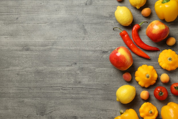 Ensemble de différents légumes et fruits sur fond texturé gris