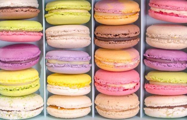 Ensemble de différents macarons macarons cookies français dans une boîte en papier.