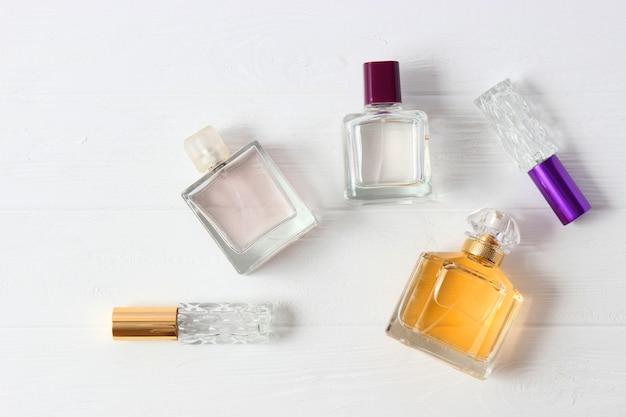 Ensemble de différents parfums sur fond clair