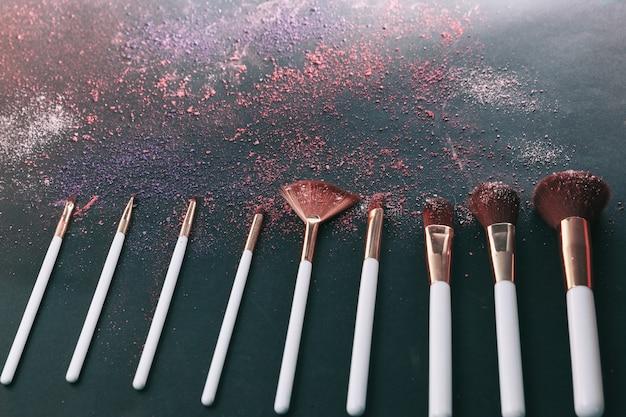 Ensemble de différents pinceaux de maquillage cosmétiques pour femmes professionnelles.