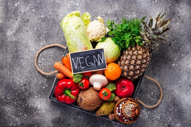 Ensemble de différents produits végétariens et végétaliens.
