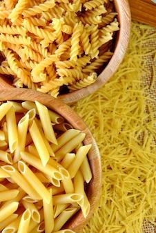 Ensemble de différents types de macaronis, spaghettis et pâtes