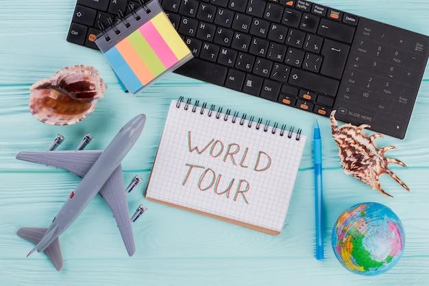 Ensemble de divers accessoires globe de coquillages d'avion pour les voyages de vacances. composition de voyage à plat.