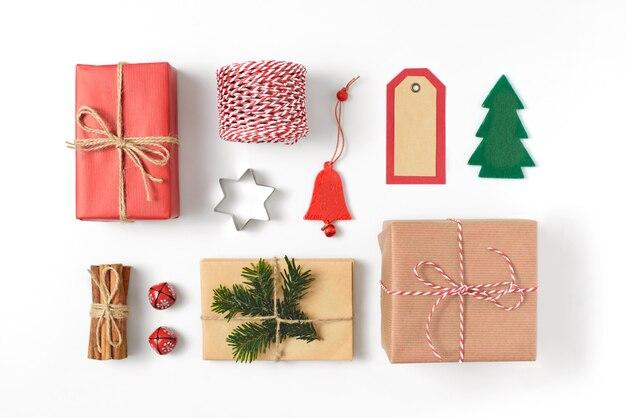 Ensemble de divers cadeaux de noël détails, branches de pin, jouets sur fond blanc