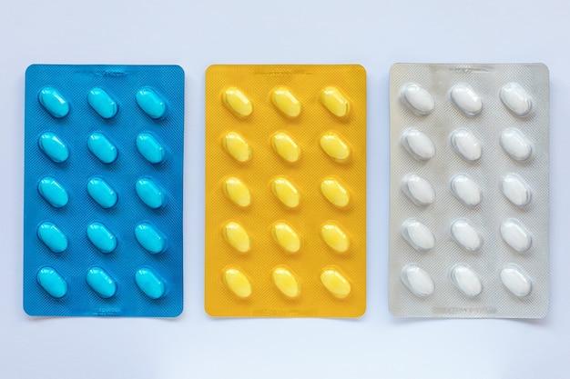 Ensemble de divers comprimés sous blister coloré