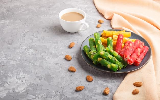 Ensemble de divers délices turcs traditionnels (rahat lokum) dans une assiette en céramique bleue