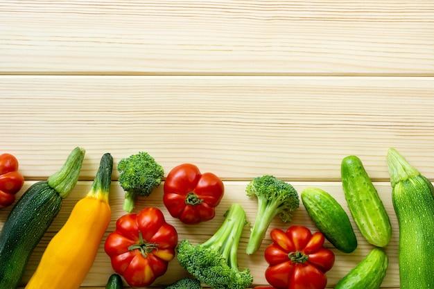 Ensemble de divers légumes sur un fond en bois clair. espace pour le texte.