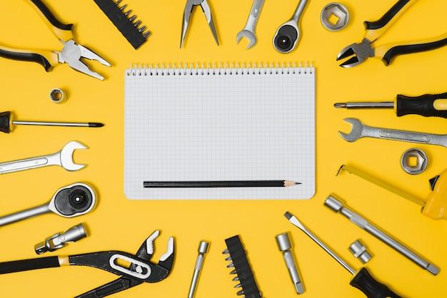 Ensemble de divers outils de construction. outils de réparation à domicile. travailler sur un chantier de construction. sur fond jaune. catégoriquement. flatlay.