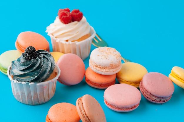 Ensemble de divers petits gâteaux fondants prêts à être mangés - ensemble lumineux et coloré