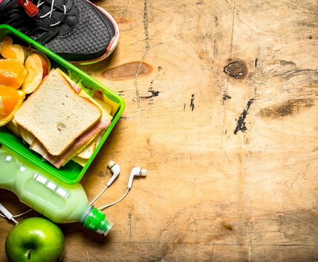 Ensemble du matin. sandwiches au jambon et fromage, un milk-shake et des fruits.
