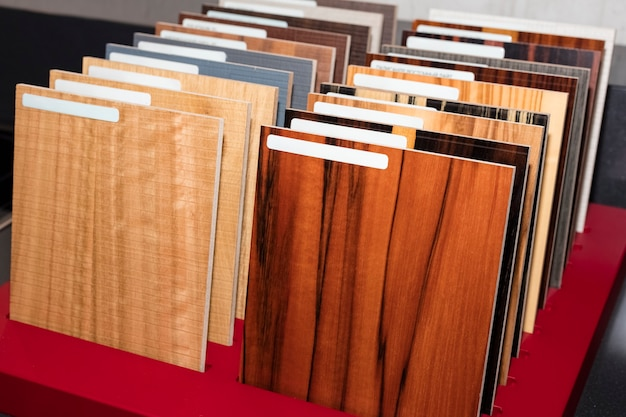 Ensemble d'échantillons d'essences de bois précieuses du catalogue différentes couleurs et textures