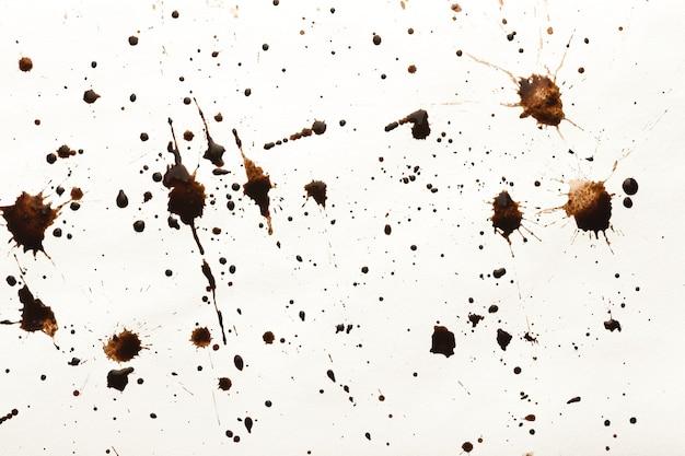 Ensemble d'éclaboussures de café isolé sur fond blanc. collection de taches brunes pour le design grunge