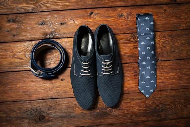 Ensemble élégant de ceinture de chaussures pour hommes et cravate imprimée. look tendance