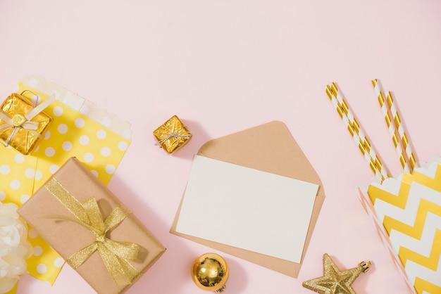 Ensemble élégant à plat : champagne, cadeau, boules de noël et décoration de vacances dorée. mise à plat, vue de dessus.