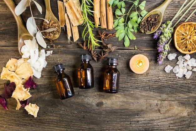 Ensemble d'encens aromatiques et de fleurs et herbes naturelles sur bois rustique