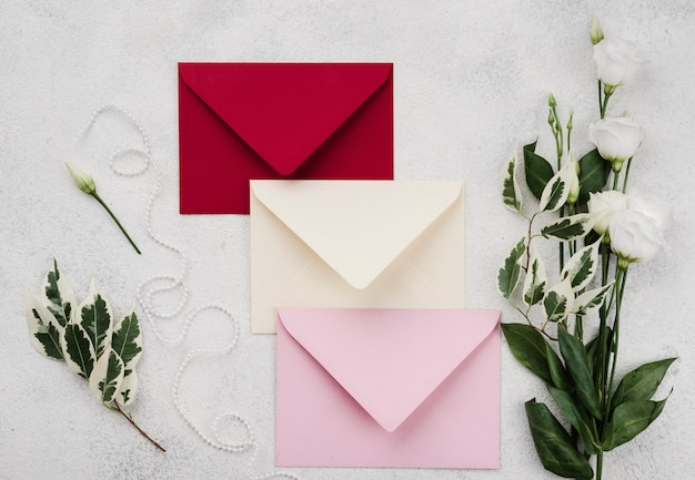 Ensemble d'enveloppes d'invitation de mariage avec des fleurs