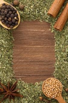 Ensemble d'épices et cuillère sur fond de bois