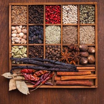 Ensemble d'épices dans une boîte en bois
