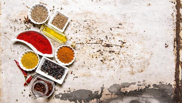 Ensemble d'épices et d'herbes colorées sur table rustique. vue de dessus