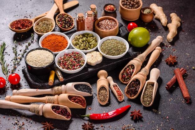 Un ensemble d'épices et d'herbes. cuisine indienne. poivre, sel, paprika, basilic. vue de dessus.