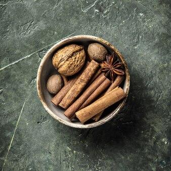 Ensemble d'épices sur rustique, plat poser