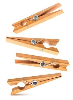 Ensemble d'épingles à linge en bois surface isolé sur blanc