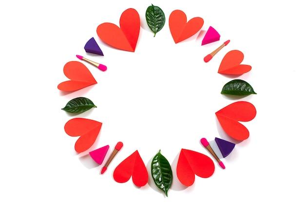 Ensemble d'éponges de maquillage coeur rouge isolé sur le concept de fond blanc de la saint-valentin
