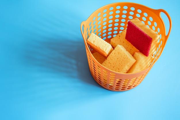 Un ensemble d'éponges pour le nettoyage et le lavage. concept de ménage, service propre professionnel, fournitures de kit de travaux ménagers, espace de copie.