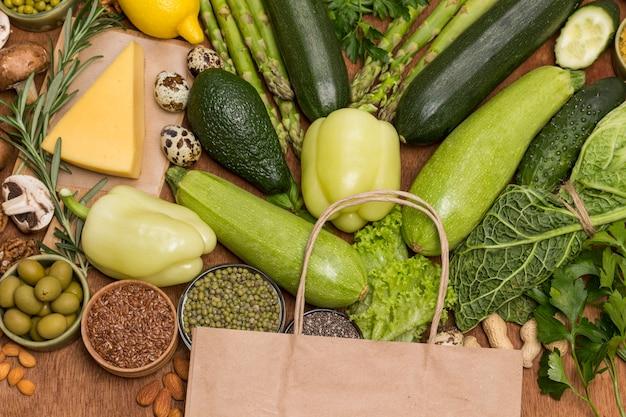 Ensemble équilibré de produits à base de légumes, champignons, noix