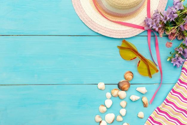 Ensemble d'été de lunettes de chapeau et de fleurs