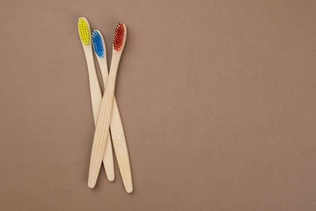 Un ensemble familial de quatre brosses à dents en bambou en bois.concept de beauté écologique.