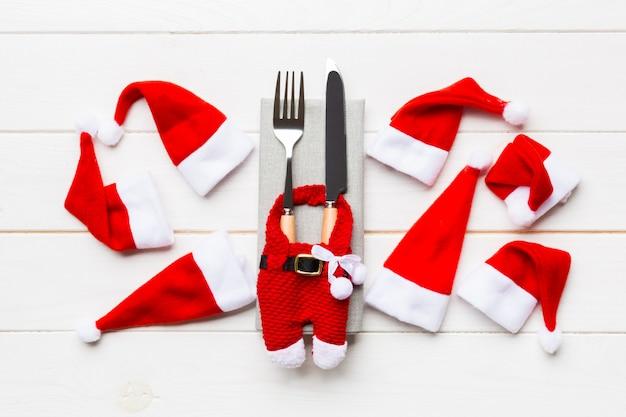 Ensemble festif de fourchette et couteau sur bois