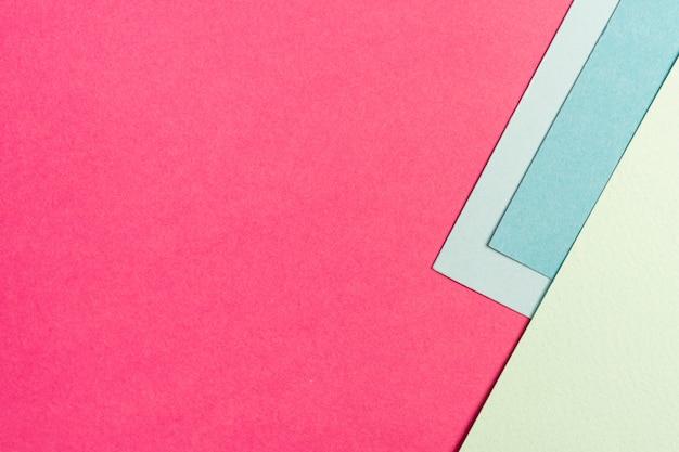 Ensemble de feuilles de papier bleu et rose avec espace de copie
