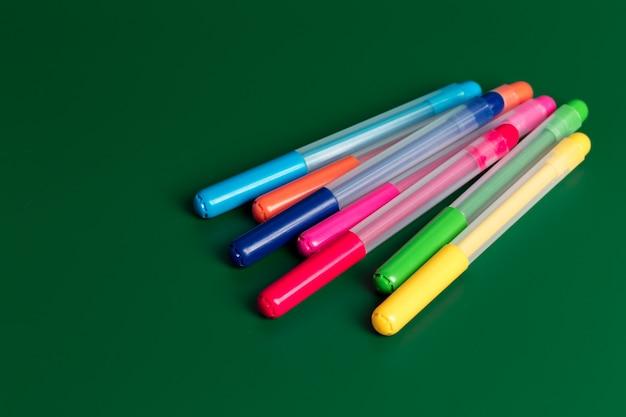 Ensemble de feutres de différentes couleurs