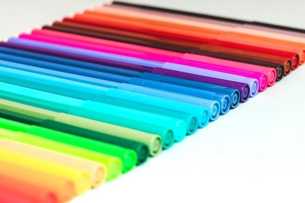 Un ensemble de feutres multicolores pour le dessin et la créativité. dessin et coloriage.