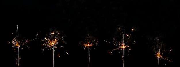 Ensemble de feux de bengale enflammés