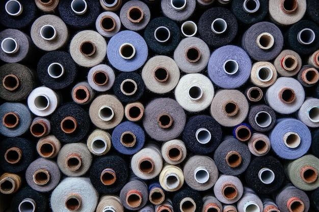Ensemble de fils de couleur différente couture couture différente palette multicolore bleu lilas noir brillant froid ombre gris