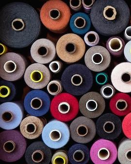Un ensemble de fils de différentes couleurs et tailles