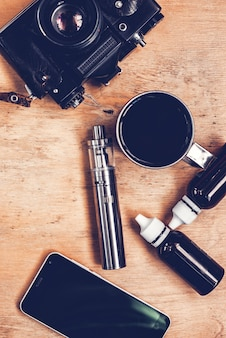 Ensemble de fixation, appareil photo vintage, smartphone et café sur la table en bois