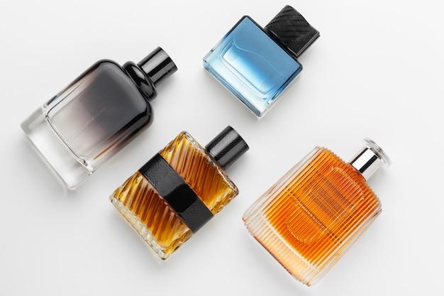 Ensemble de flacons de parfum de luxe. isolé