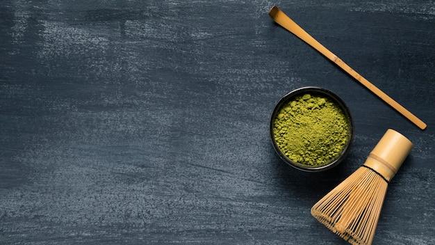 Ensemble de fouet matcha avec thé en poudre